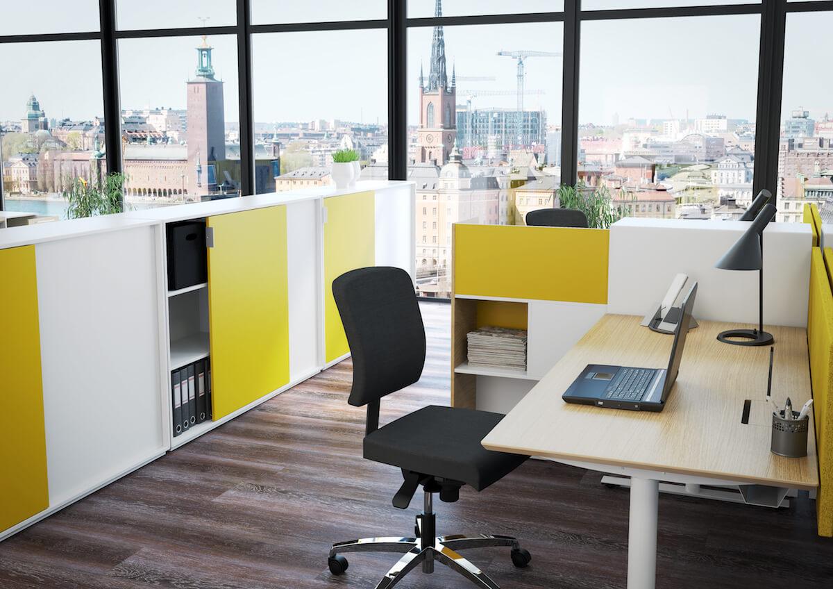 Kontor Med Dencon Hævesænkebord, Kontorstol Og Skydelågeskabe