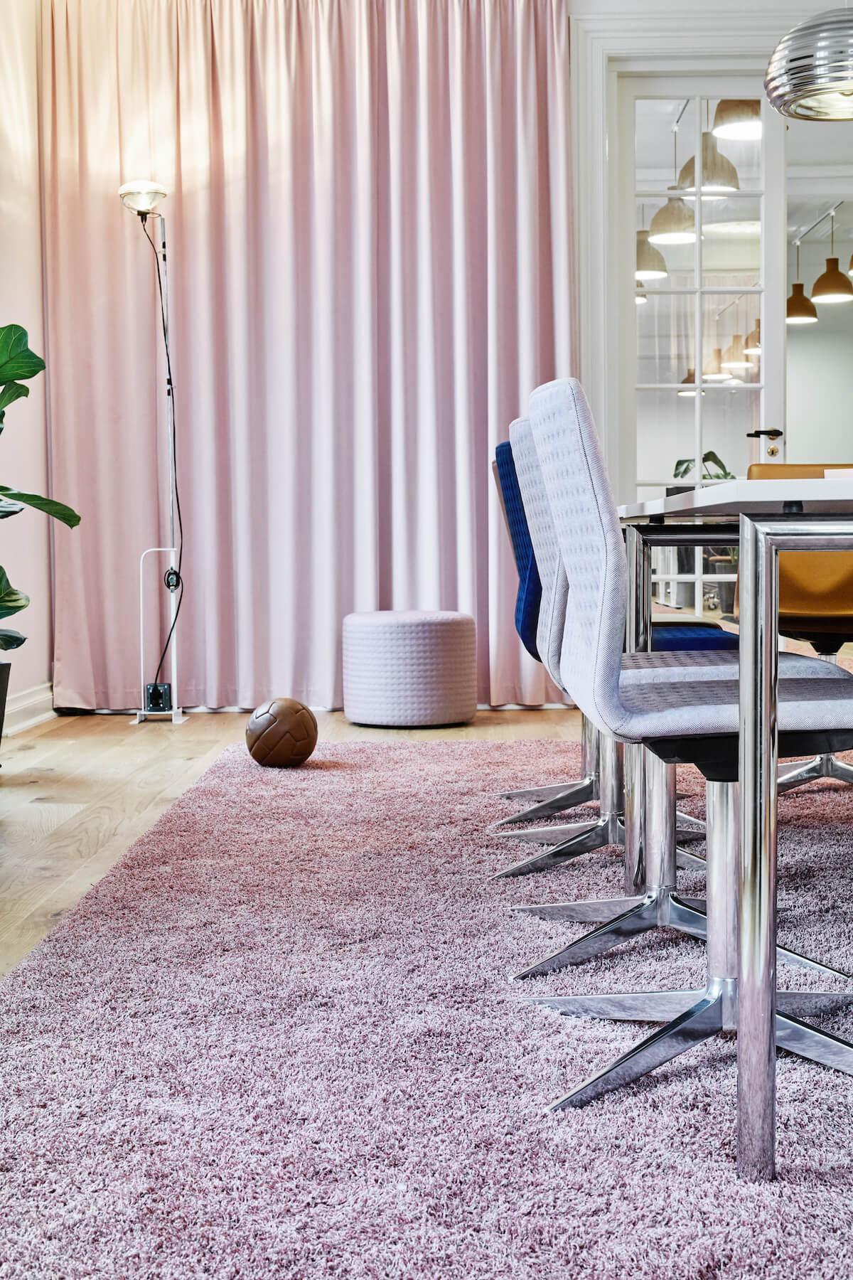 Four Design Stole Og Bord I Mødelokale