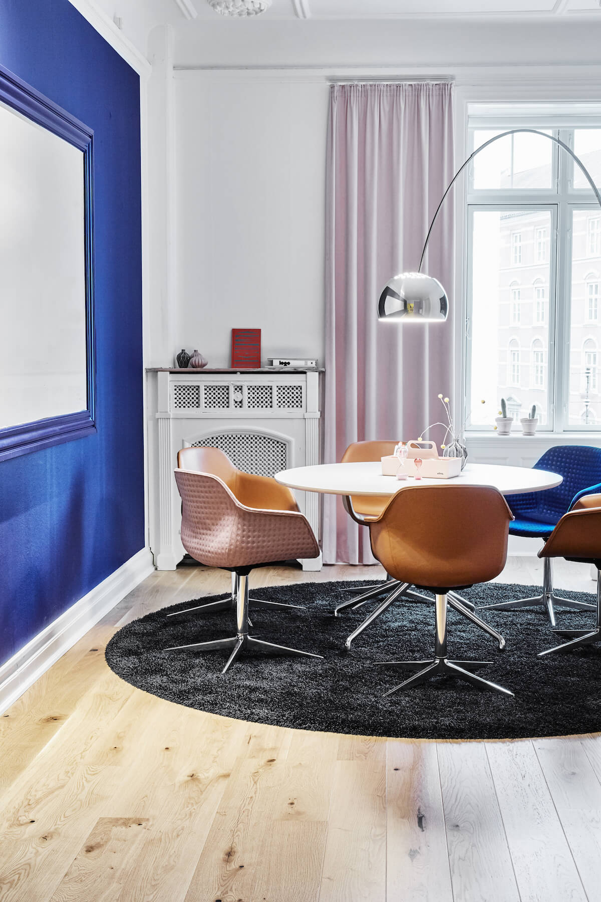Uformelt Mødelokale Med Four Design Mødestole Og Mødebord
