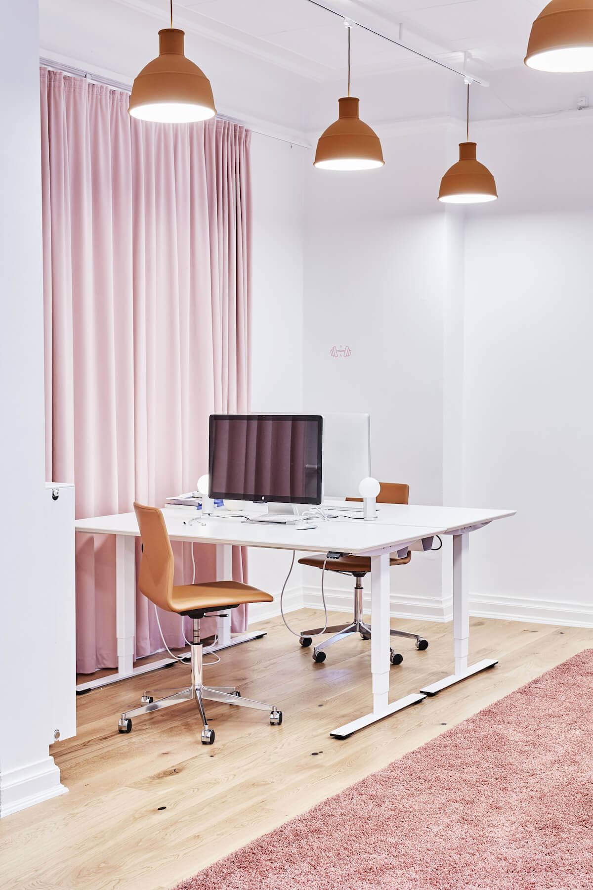 Moderne Kontor Med Hæve Sænkebord, Mødestol Og Gulvtæppe
