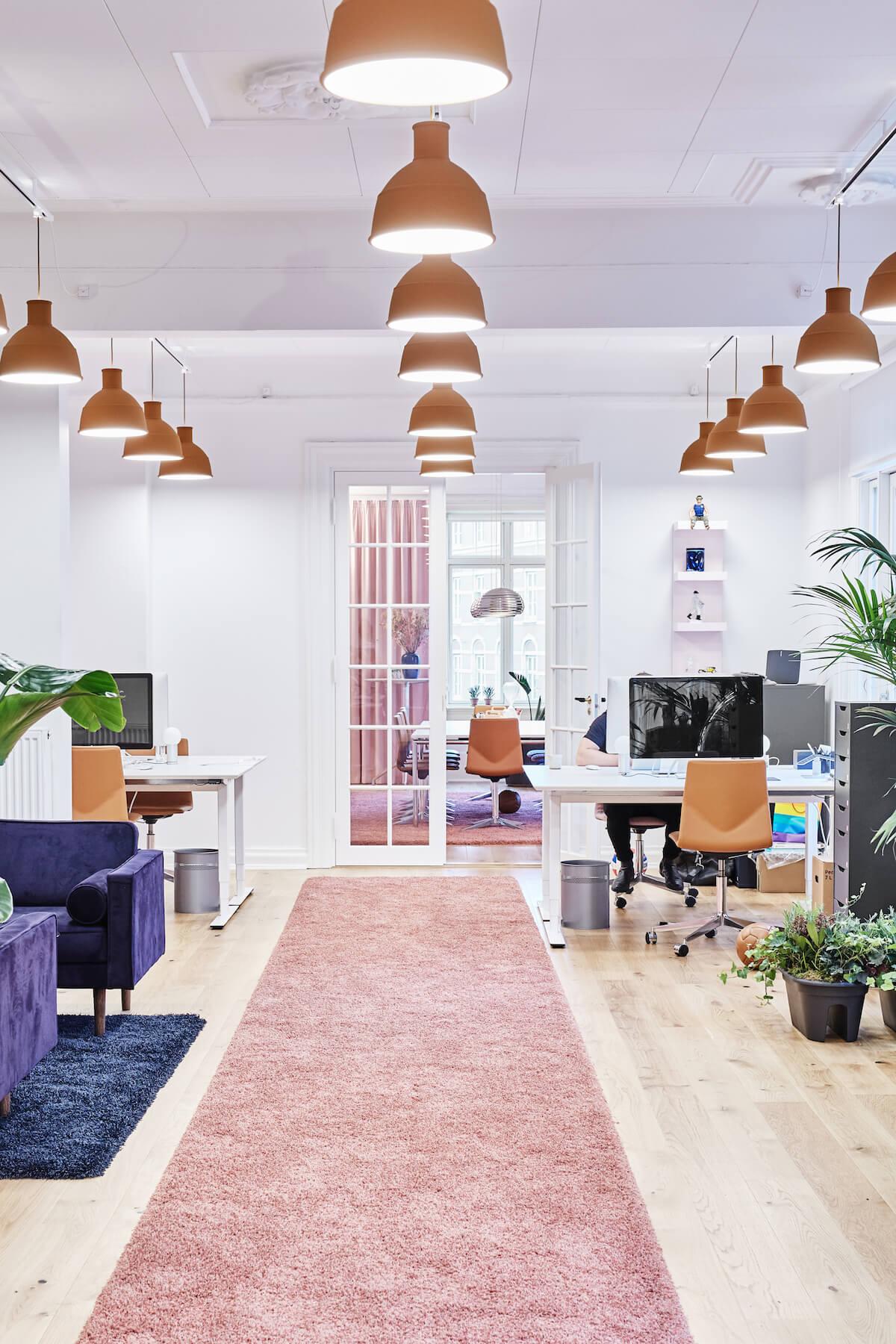 Four Design Kontorindretning Med Langt Gulvtæppe
